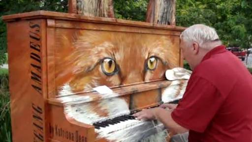 Talented Street Performer Plays Awesome Fox-Themed Piano