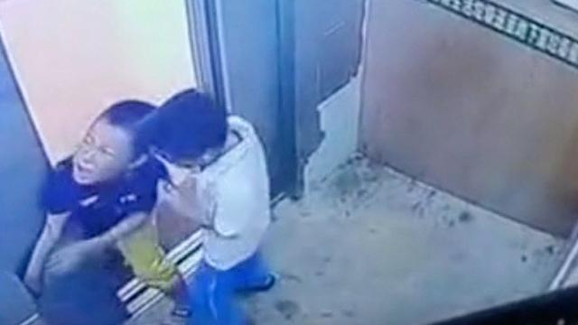 Frightening Moment Kid S Hand Gets Stuck In Elevator Door