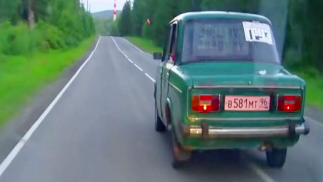 Merveilleux Erratic Driver In Tiny Car Leads Russian Police On Epic Chase | RTM    RightThisMinute