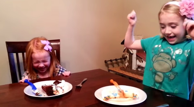 Sister's Reaction to Cupcake Gender Reveal Is Adorably ...