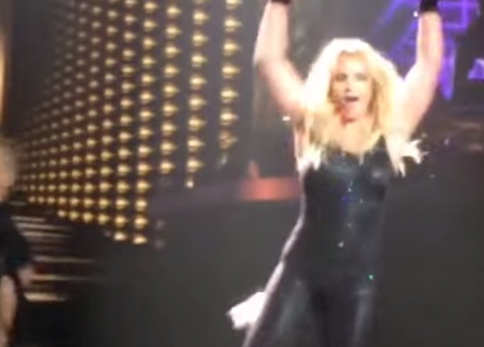 Britney Spears Loses Hair Extensions At Concert Rtm Rightthisminute